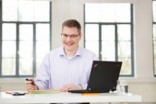 Bernd Sauer am Schreibtisch