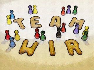 """Ein Bild mit bunten Spielsteinen und den Buchstaben """"TEAM"""" und """"WIR""""."""