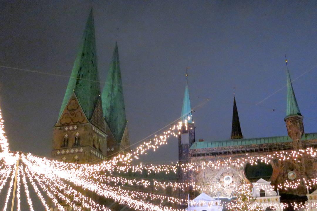 Lichterketten auf dem Lübecker Weihnachtsmarkt
