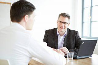 Bernd Sauer mit einem Klienten im Coaching-Gespräch