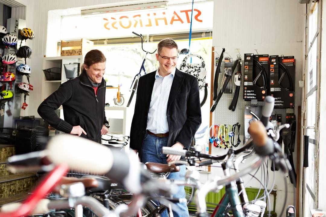 """Nils Bödecker (links) und Bernd Sauer (rechts) im """"Stahlross""""-Ladengeschäft"""